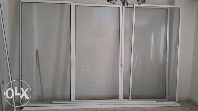 White alluminum sliding door 3 doors with white glass size 230×332 in very good condition