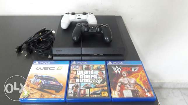 Ps4 for sale with 2 controlers and 3 games