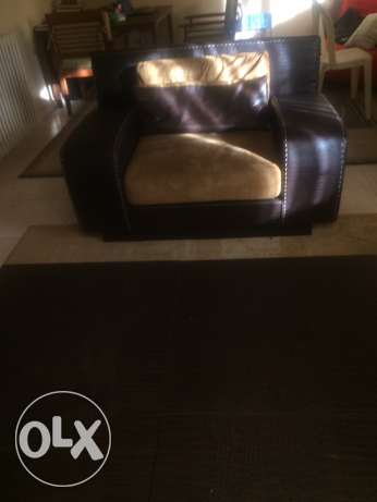 Leather living room set + Table عجلتون -  2