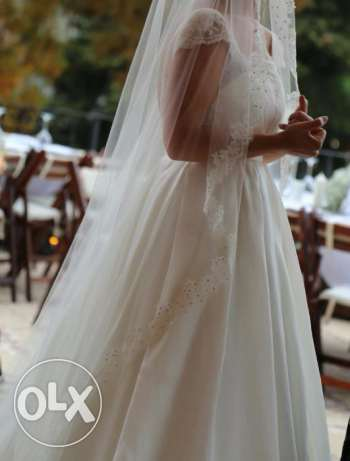 Simple, beautiful and elegant wedding dress