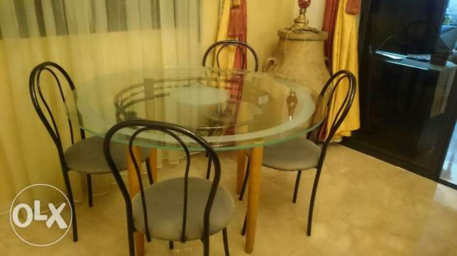 Table 120cm and 4 chairs really good conditio