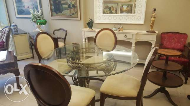Dinning table with 4 chairs. Excellent condition !