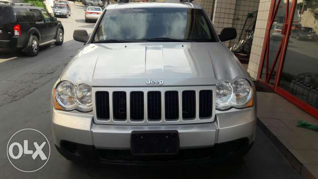 2009 jeep grand cherokee silver . black leather very clean