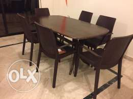 Oval wooden table with 6 chairs. Very good condition.