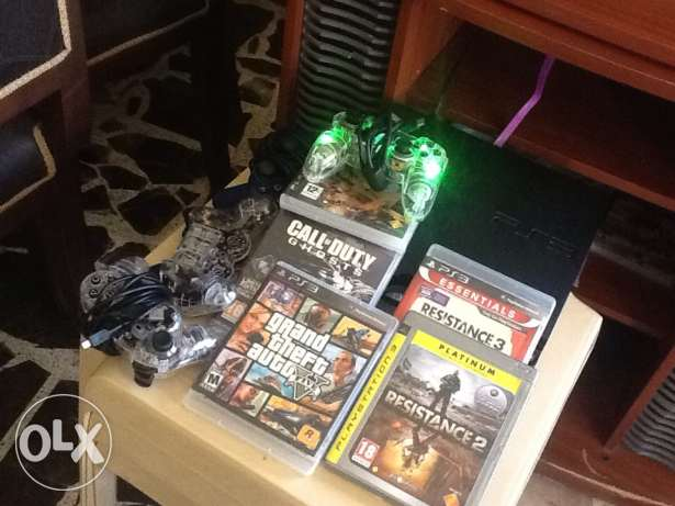 PS3 with 4 controle and5 CDS:Resistance2-