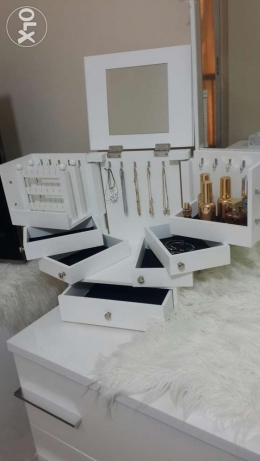 Accessories and makeup cabinet