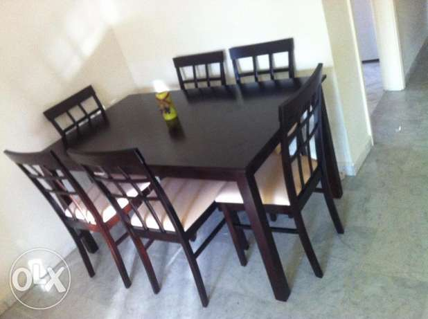 Salon table with 6 chairs, very good condition