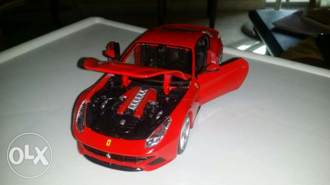 Diecast car 1:24. Maisto Ferrari F12 berlinetta. Like new condition. الملعب -  2