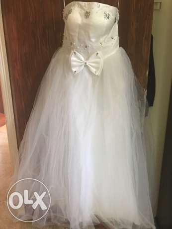 new unused white wedding dress with its long veil and jipon