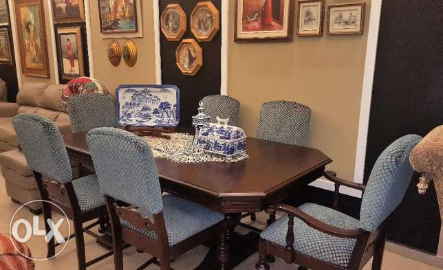 CANADIAN FURNITURE - Solid wood dinning table and 6 chairs