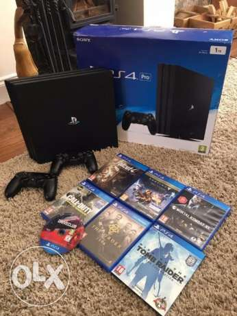 PS4 PRO (1TB boxed) - 2 controllers