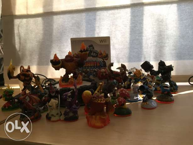 Skylander console and 19 figurines