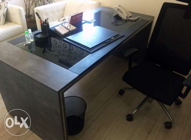 managerial black and grey desk table