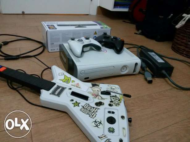 Modifed Xbox 360,12 GB 2 controllers 150+ Games Guitar Hero and Kinect