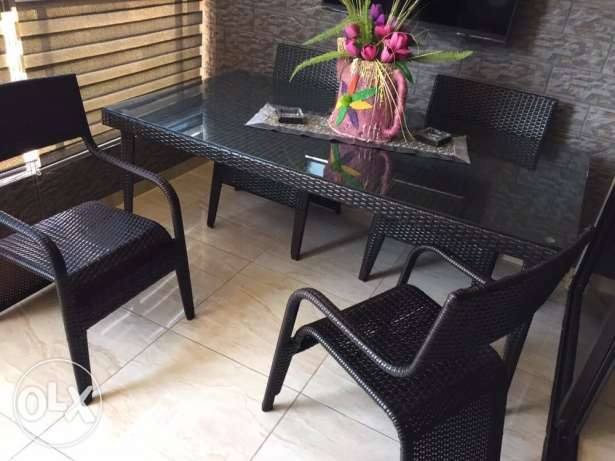 4 chairs and table set like new 375000ll