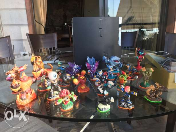 PS3 + 24 skylanders + 2 controllers , new condition