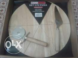 Pizza cutter with wooden board