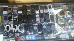 100 old mobile phones assorted, 100 cases and 100 chargers