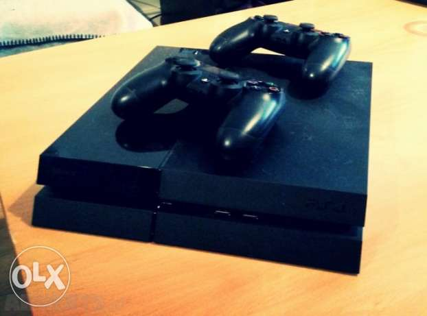 Ps4 + 2 controllers + 2 games