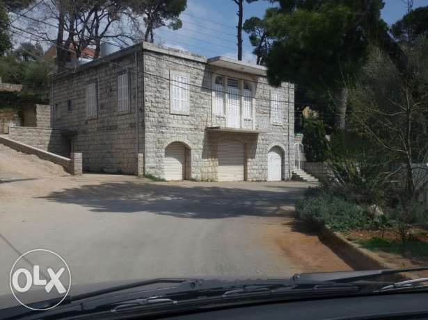 Old apartment on a 1200m2 land for sale in Daher El Sawan
