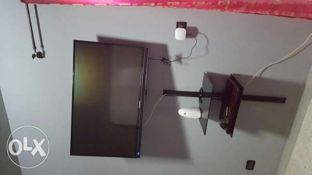Grundig TV 42 inch 3D with 3D Glasses and wall hanger for sale + wall