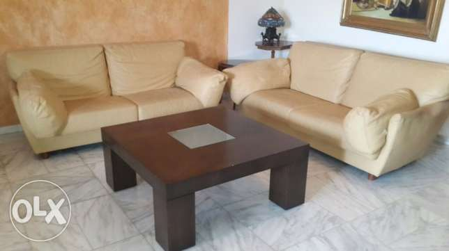 2 leather sofas + table
