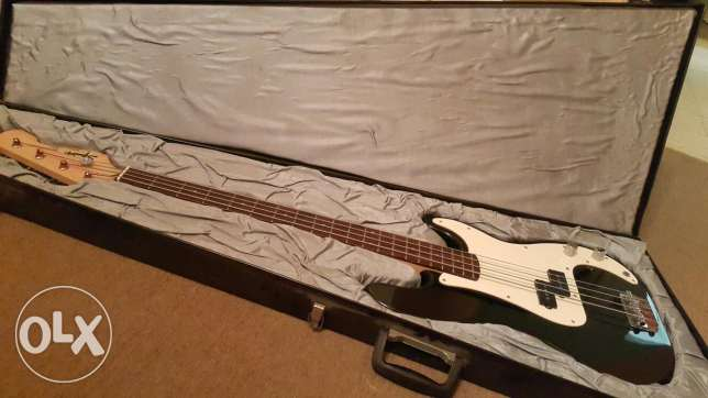 Squier by Fender Bass Guitar with hard case...like new (no scratch) بعبدا -  4