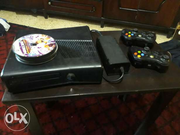 xbox 360 slim m3adale e5ir t3dile + 2 controllers + 30 cd