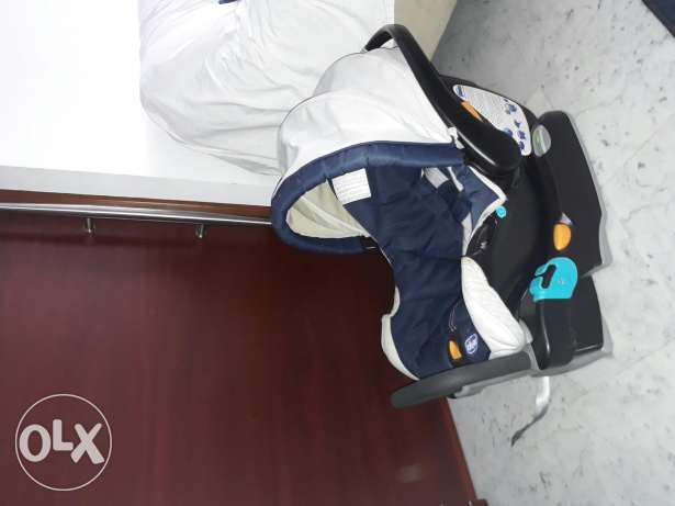 Car seat chicco with base . Like new.