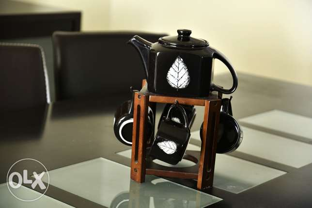 Tea pot with 4 black cups and wooden holder