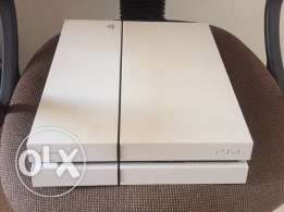 white Ps4 for sale 450$ 3 games 2 handles
